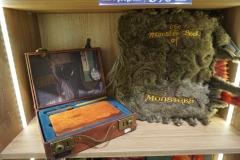 Kofer Njuta sa sveskom (5266.00 din) i čuvena Monster book (8.819 din)